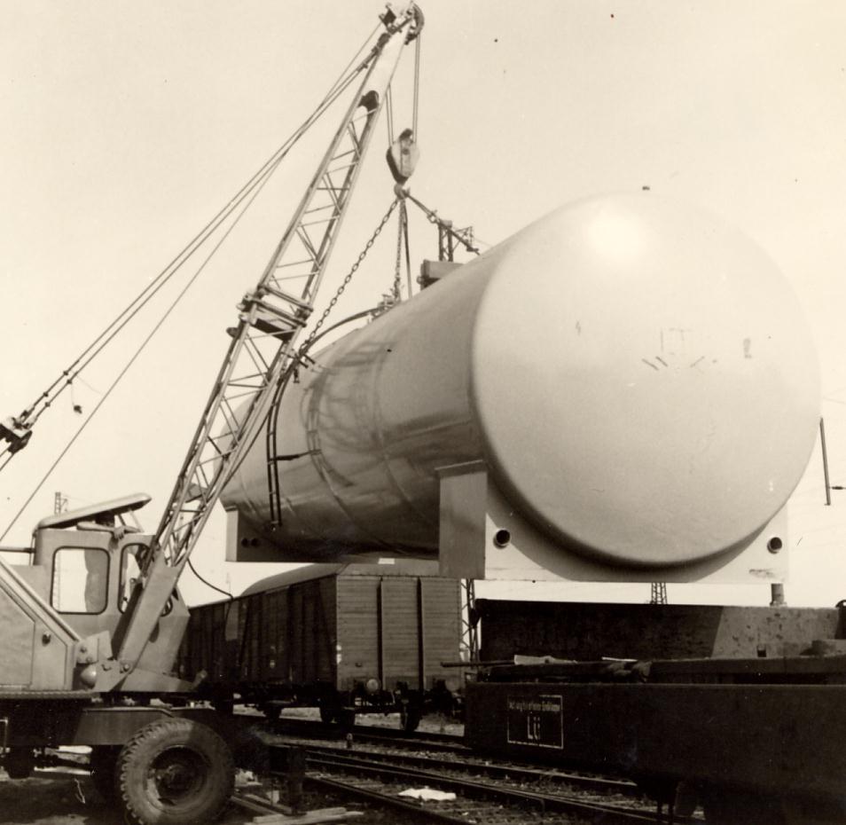Mobiler Kran hebt Tank auf Eisenbahnwaggon