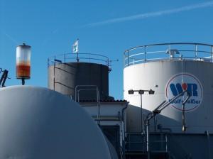 Blick auf die Skyline der Tanks für Heizöl, Diesel und Benzin im Lager in Bamberg